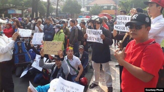 Người dân biểu tình phản đối Formosa ở nhà thờ Đức Bà, TP HCM, 5/3/2017. (Ảnh: bạn đọc Danlambao)
