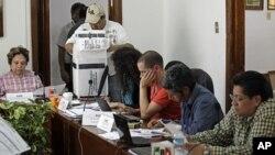 墨西哥选举官员和政党代表开始点算选票