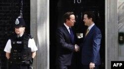 Консерватор премьер-министр Великобритании Дэвид Кэмерон и его заместитель либеральный демократ Ник Клегг (справа) в правительственной резиденции на Даунинг стрит.