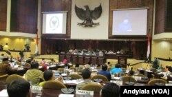 Ketua Badan Kehormatan Dewan Perwakilan Daerah RI AM Fatwa membacakan keputusan pemberhentian Irman Gusman sebagai Ketua DPD di Gedung Paripurna DPD, Jakarta, Selasa, 20 September 2016. (Foto: VOA/Andylala)