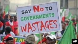 示威者星期一在尼日利亞首都拉各斯抗議政府取消燃油補貼
