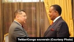 Motindami ya Etats-Unis mpo na etuka ya Grands lacs, Peter Pham na bokutani na mokonzi ya Congo-Brazzaville Denis Sassou N'Guesso, Brazzaville, Congo, 14 novembre 2019. (Twitter/Congo souverain)