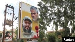 在黎巴嫩的某村莊,一張描繪被殺死的指揮官真主黨軍事領導人伊邁德•穆格尼耶和已故的伊朗聖城軍最高指揮官蘇萊曼尼的海報