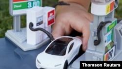 Un coche de juguete modelo Roadster de Tesla hecho de materiales reciclables, en una foto de fecha no definida obtenida por Reuters.
