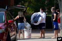 미국 노스캐롤라이나주 롤리의 노스캐롤라이나주립대학에서 기숙사가 신종 코로나바이러스 발병으로 폐쇄된 가운데, 27일 학생들이 짐을 빼고 있다.