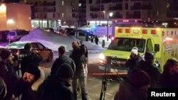 Xe cứu thương đậu tại hiện trường vụ nổ súng chết người tại Trung tâm Văn hóa Hồi giáo Quebec ở thành phố Quebec, Canada, ngày 29/1/2017.