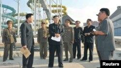 북한의 김정은 국방위원회 제1위원장이 지난달 23일 평양 문수 물놀이장 건설 현장을 방문했다.