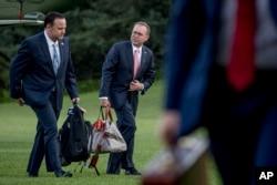 白宮社交媒體總監丹·斯卡維諾(左)和白宮辦公廳主任走過白宮南草坪(2019年6月30日)