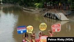 Sejumlah aktivis lingkungan di Jawa Timur melakukan aksi di Kali Mas Surabaya mendesak Pemkot Surabaya melakukan normalisasi sungai yang tercemar limbah (Foto: VOA/Petrus)