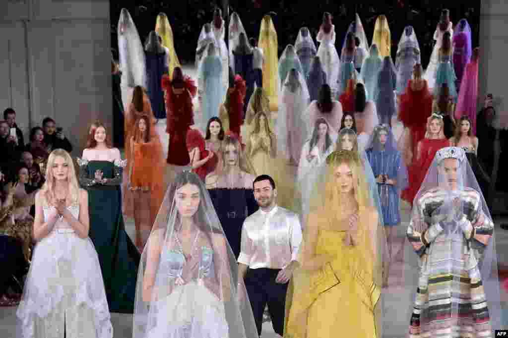 អ្នករចនាម៉ូដ លោក Alexis Mabille (រូបកណ្តាល) ស្វាគមន៍ទស្សនិកជននៅពេលបញ្ចប់ការតាំងបង្ហាញម៉ូដ Haute Couture សម្រាប់រដូវក្តៅ/រដូវផ្ការីក សម្រាប់ឆ្នាំ២០១៧ នៅក្នុងក្រុងប៉ារីស ប្រទេសបារាំង។