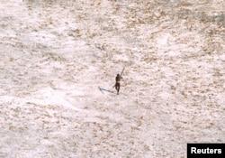 جزیرے سنٹینل کے ایک قبائلی کی بہت دور سے اتاری گئی ایک تصویر