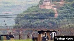 남북한이 북한의 서부전선 포격 도발에 따른 한반도 긴장 고조 상황을 해소하기 위한 고위급 접촉을 재개한 가운데 24일 한국 서부전선 전방부대 경계초소 너머로 북한군 초소가 보인다.