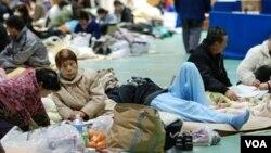 Para pengungsi di SMA Koriyama, Fukushima, Rabu (16/3).