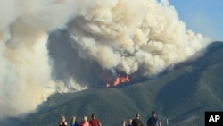 Мешканці Монтани спостерігають за пожежею на горі Ред Лодж