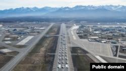 지난 5일 알래스카 엘멘도르프 리처드슨 공군기지에서는 복수의 F-22 전투기, C-17 전략항공기, E-3조기경보기, C-12F 수송기, C-130J 장거리 수송기, HH-60G 신형탐색구조헬기 등을 동원해 '코끼리 걸음 훈련'을 실시했다.