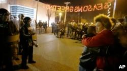 25일 미국 미주리 주 퍼거슨 시에서 흑인 청년을 살해한 백인 경찰의 불기소 처분에 항의하는 시위가 이틀째 열렸다. 시위대가 경찰서 앞에 모여있다.