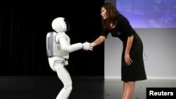 Phiên bản mới nhất của robot Asimo bắt tay sau một buổi ra mắt ở Zaventem, gần Brussels, tháng 7, 2014.