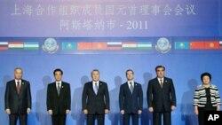 中国、俄罗斯和哈萨克斯坦等国元首2011年6月15日在上合组织峰会合影