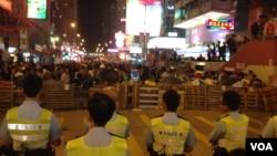 香港警民在旺角對峙(美國之音海彥拍攝)