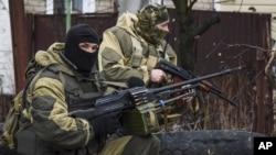 지난 2일 우크라이나 도네츠크 외곽지역에서 친러시아계 반군이 무장하고 있다. (자료사진)