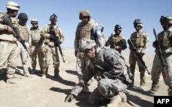 Irak ordusunu eğiten Amerikan askerleri