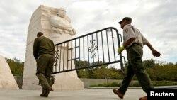 Radnici u službi za Nacionalne parkove uklanjaju barikade ispred spomenika Martinu Luteru Kingu