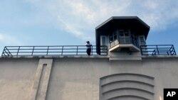 Un guardia de vigilancia en la penitenciería Clinton, en Dannemora, Nueva York.