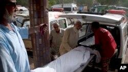 파키스탄에서 폭염으로 사망자가 속출하는 가운데 22일 카라치에서 사망자의 사체를 구급차에 싣고 있다.