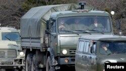 크림 자치공화국 수도 심페로폴 인근에 러시아군으로 보이는 군차량이 이동 중이다(자료사진)