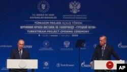 Ba Perezida Vladimir Putin w'Uburusiya na mu genzi we wa Turukiya Recep Tayyip Erdogan mu kiganiro n'abanyamakuru i Istambul. Kw'italiki 08/01/2020