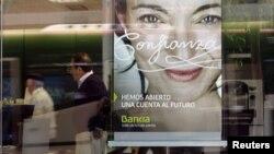 Un anuncio del banco español Bankia en Barcelona. Moody´s bajo la calificación de 16 entidades financieras españolas.