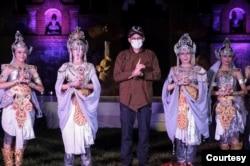 Menparekraf Sandiaga Salahuddin Uno bersama penari di kawasan wisata Borobobudur, Jawa Tengah. (Foto: Kemenparekraf)
