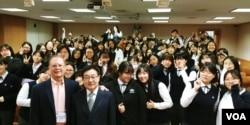 미국 평화봉사단(Peace Corps) 단원으로 활동했던 브루스 헤이덕(왼쪽 아래) 씨가 서울 용산 신광여자고등학교에서 강의한 후 기념사진을 찍고 있다.