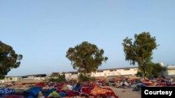 Sisa bangunan pusat penahanan tampak rapuh setelah pemboman dan lima hari kemudian, para migran tidur di luar, tampak dalam foto yang dikirim ke VOA, 7 Juli 2019 di Tripoli, Libya.