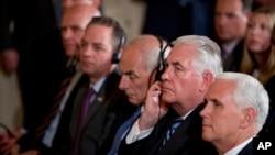 À gauche, le conseiller Jared Kushner, H.R. McMaster, le chef des employés Reince Priebus, le secrétaire à la sécurité nationale John Kelly, le secrétaire d'État Rex Tillerson, et le vice-président Mike Pence participent à une conférence à la Maison-Blanche, le 18 mai 2017.