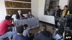El ex juez español Baltasar Garzón (I) y el ecuatoriano Carlos Poveda, abogados del australiano Julian Assange, fundador de WikiLeaks, se preparan para una conferencia de prensa en Quito, el 19 de octubre de 2018.