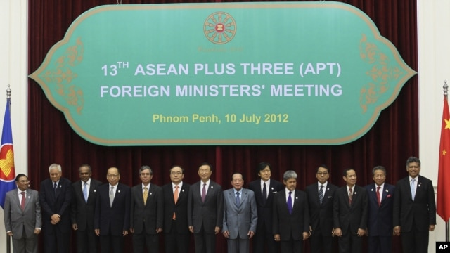ASEAN countries' foreign ministers pose during a photo session at the 45th Association of Foreign Ministers' Plus Three Meeting in Phnom Penh, Cambodia, July 10, 2012. .