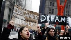 Aktivis ak imigran benefisyè DACA yo kap manifeste nan New York,