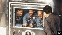 """Tổng thống Richard Nixon chào đón các phi hành gia trở về. Từ trái: Neil Armstrong, Michael Collins và Edwin """"Buzz"""" Aldrin."""