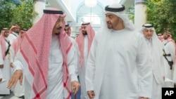 Sarki Salman bin Abdulaziz Na Saudi Arabiya A Hagu, Yana Magana Da Sheikh Mohammed bin Zayed Al Nahyan,