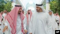 ກະສັດ Salman bin Abdulaziz Al Saud ແຫ່ງປະເທດ ຊາອຸດີ ອາເຣເບຍ, ຊ້າຍ, ລົມກັບ ອົງມົງກຸດ Sheikh Mohammed bin Zayed Al Nahyan, Abu Dhabi's ແຫ່ງນະຄອນ Abu Dhabi ແລະ ຜູ້ບັນຊາການທະຫານ ແຫ່ງກອງກຳລັງຕິດອາວຸດ ຂອງ ເອມີເຣັດສ ໃນເມືອງ Jiddah, ປະເທດ ຊາອຸດີ ອາເຣເບຍ. 2 ມິຖຸນາ, 2017.