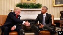 Le président sortant des Etats-Unis Barack Obama serre la main de son successeur, le président élu Donald Trump au bureau ovale de la Maison Blanche à Washington, jeudi 10 novembre 2016.