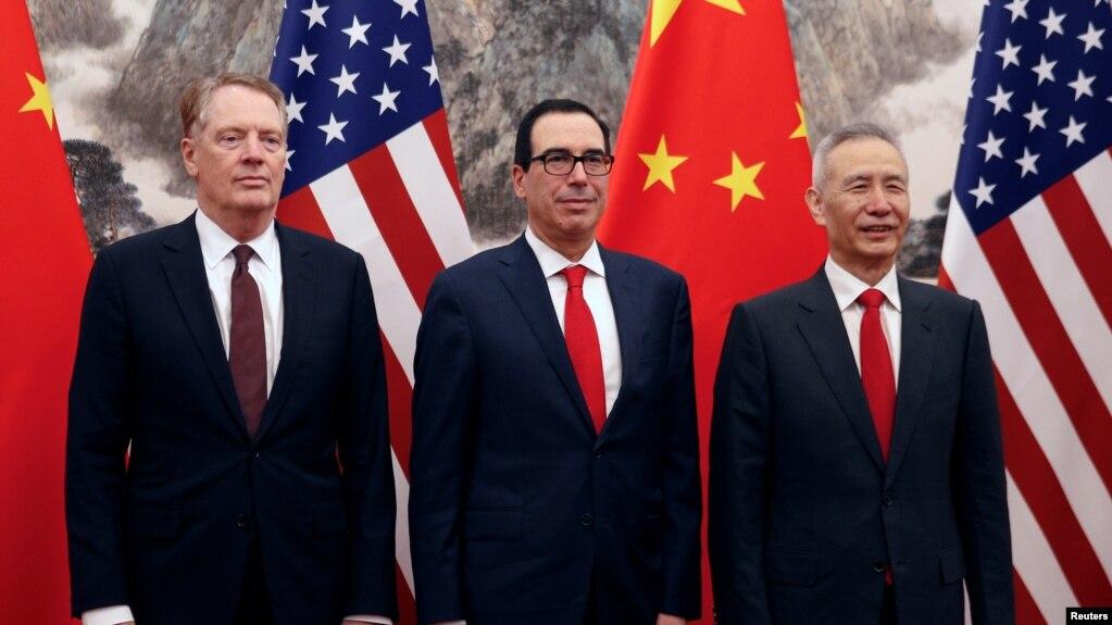 Phó Thủ tướng Trung Quốc, Lưu Hạc (phải) chụp hình lưu niệm với Bộ trưởng Tài chính Hoa Kỳ, Steven Mnuchin (giữa) và Đại diện thương mại Mỹ Robert Lighthizer (trái) trước cuộc đàm phán thương mại ở Bắc Kinh ngày 1/5/2019.