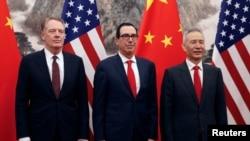 中国副总理刘鹤(中)与美国贸易代表莱特希泽、美国财长姆努钦在北京钓鱼台国宾馆举行会晤。(2019年5月1日)