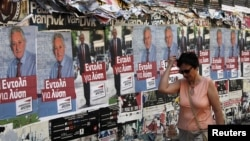 希腊妇女6月16日在雅典走过竞选海报