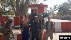 塔利班公佈的視頻顯示塔利班武裝分子集結在加茲尼市中心道路的交叉口。 (2021年8月12日)