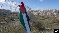 """""""Jérusalem est la capitale éternelle de la Palestine"""", lit-on sur une pancarte au niveau des barbelés entourant une colonie israélienne près de Ramallah, le 31 janvier 2020."""