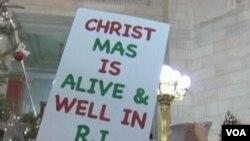 Warga negarabagian Rhode Island mengecam keputusan Gubernur Lincoln Chafee untuk mengubah 'Christmas tree' menjadi Holiday tree.