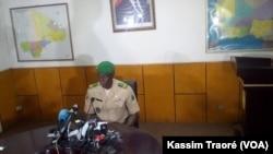 Le colonel Abdoulaye Sidibé, porte-parole du Ministère de la Défense du Mali, le 4 août 2016. (VOA/Kassim Traoré)