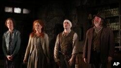 """Daniel Radcliffe (ketiga dari kiri), pemeran Harry Potter, bersama para pemeran lainnya dalam pembukaan pementasan drama """"The Cripple of Inishmaan"""" on 20 April 2014, di New York."""